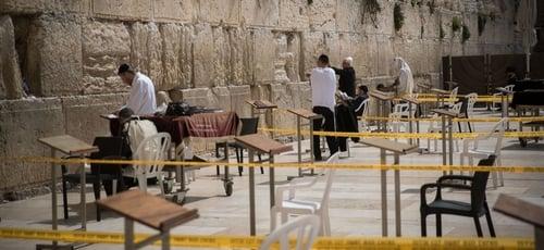 Muro das Lamentações é reaberto para orações em Jerusalém, porém os visitantes terão de respeitar o distanciamento social no local. (Foto: Yonatan Sindel/Flash90)