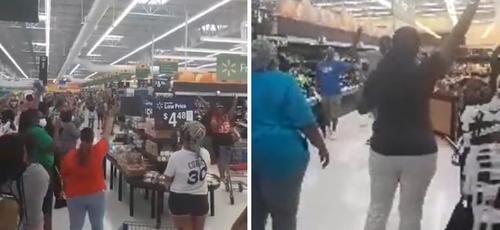 Grupo se uniu para um momento de adoração dentro do Walmart, na Pensilvânia. (Foto: Reprodução/Facebook)