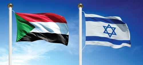 Bandeira do Sudão (esquerda) e Israel (direita) tremulam lado a lado. (Foto: Al-Monitor)
