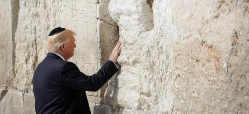 Presidente dos EUA, Donald Trump, orou no Muro das Lamentações, em Jerusalém, em 22 de maio de 2017. (Foto: Nati Shohat/Flash90)