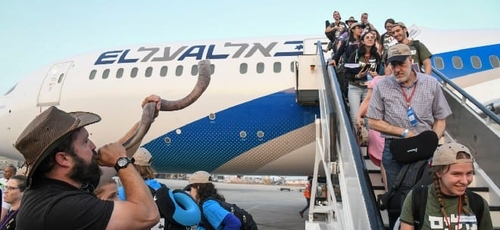 Judeus têm recepção calorosa, com toque de shofar, ao chegarem a Israel. (Foto: Flash90)