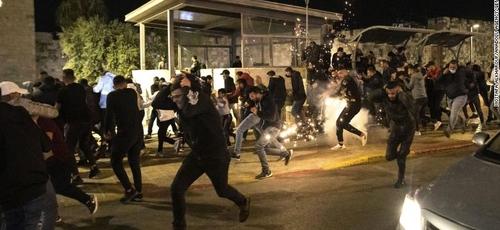 Jerusalém teve noite de confrontos entre judeus e palestinos. (Foto: Mostafa Alkharouf/Anadolu Agency/Getty Images)