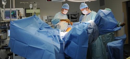 Agora, planos de saúde que operam na Califórnia não poderão mais negar cobertura para cirurgias em garotas menores de idade que queiram fazer cirurgias de remoção dos seios em razão da transição de gênero. (Foto: BSIP/UIG Via Getty)