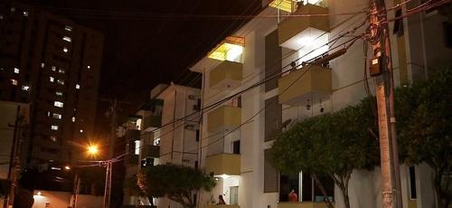Moradores fazem orações nas janelas de prédios e casas em Maceió. (Foto: Reprodução/TV Gazeta)