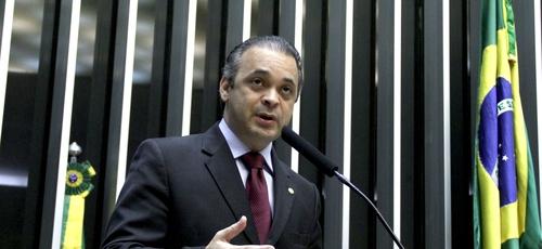 Roberto de Lucena é pastor da Igreja O Brasil para Cristo, deputado federal licenciado, Secretário de Turismo do Estado de São Paulo e da Frente Parlamentar Mista para Refugiados e Ajuda Humanitária.