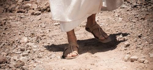 Sandálias também falam de movimento, de dinâmica. Falam sobre a poeira nos pés dos processos da vida. (Imagem: Youtube)