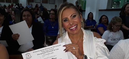 Angela Bismarchi recebeu o diploma do Discipulado Plenitude de Vida. (Foto: Divulgação)