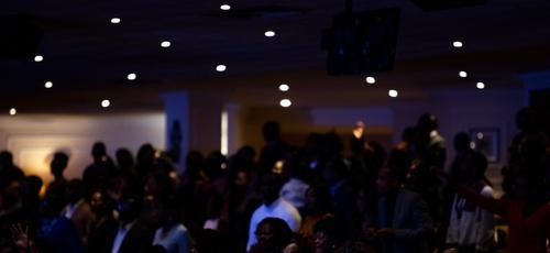 Culto na igreja Christian Cultural Center, no Brooklyn. (Foto: Demetrius Freeman/The New York Times)