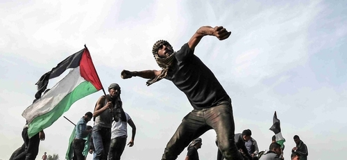 Palestinos atacam em Gaza. (Foto: Middle East Eye)
