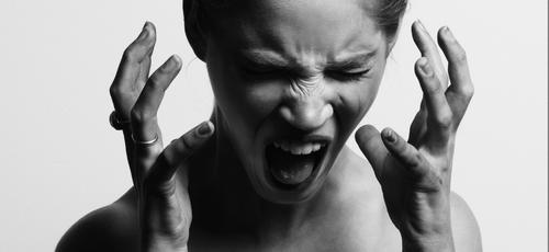 Mulher com ataque de ódio. (Foto: Gabriel Mutala/Unsplash)