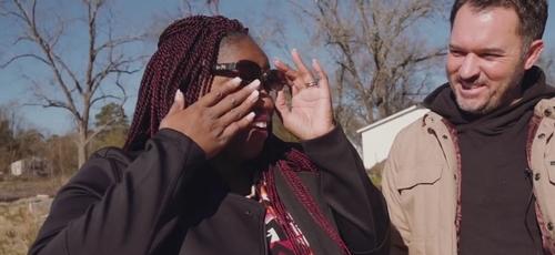 April Gaines chora após receber a notícia de que ganharia uma casa da igreja. (Foto: Reprodução/Facebook)