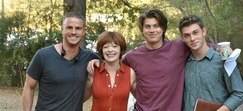 """Jake McEntire (1º à esquerda), Frances Fisher, Tanner Stine e Evan Hofer em """"Run the Race"""" (Foto: Divulgação)"""