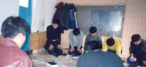 Cristãos fazem cultos domésticos clandestinos na Coreia do Norte. (Foto: Reprodução/Cornerstone Ministries)