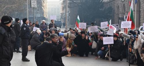 Cristãos fazem vigílias de orações nas ruas contra lei que permitiria restrições de liberdade religiosa. (Foto: Vlady Raichinov/TEN)