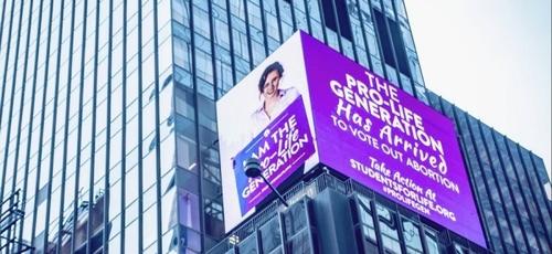 Outdoor luminoso é exibido na Times Square, em Manhattan, com mensagens pró-vida. (Foto: Reprodução/SFLA)