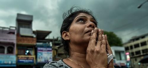 Cristã, Kumari Fernando participa do enterro em massa das vítimas em uma cerimônia em Negombo; ela perdeu o marido e os filhos durante os bombardeios na Igreja. (Foto: Thomas Peter / Reuters)