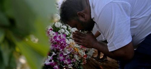 Homem chora em funeral no Sri Lanka. (Foto: Reprodução/VN)