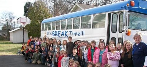 Os estudantes se reúnem em frente ao ônibus, onde aprenderam verdades bíblicas durante o ano letivo passado. (Foto: Reprodução/Bpress)