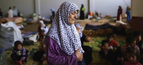 Imagem ilustrativa. Idosa síria, que fugiu de casa devido à guerra, se refugia com outras famílias na Síria. (Foto: AP/Muhammed Muheisen)