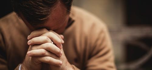 Homem em momento de oração. (Foto: Reprodução/Skyline)