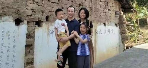 Pr. Li Yingqiang e sua família. (Foto: Reprodução/Premier)