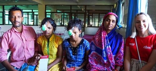 As irmãs Riya e Najmin ao lado dos pais e da missionária Alex, após cirurgia dos olhos. (Foto: Reprodução/Vision)