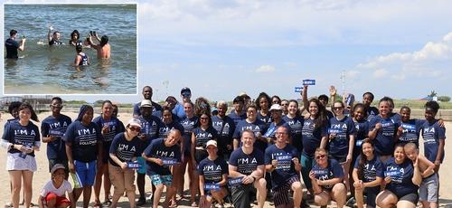 O pastor líder Kerrick Thomas (centro da frente) comemora batismo com 51 pessoas no Jacob Riis Park and Beach, em Queens, em julho. (Foto: Reprodução/BP Press)