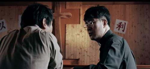 """Dramatização da história de Sang-chul: Ele conta que quando ouviu o pastor Han dizer a palavra 'Deus"""" ficou assustado. (Foto: Reprodução/God Reports)"""