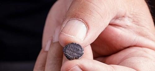 Selo de argila do século VII aC., que diz 'Pertencendo a Adoniyahu, mordomo real', foi descoberto em escavações sob o Arco de Robinson. (Foto: Eliyahu Yanai/Cortesia da cidade de David)