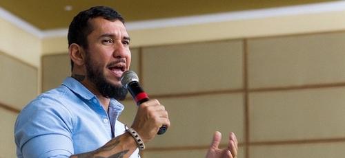 Rodolfo Abrantes ministrando. (Foto: Reprodução/Vox FM)