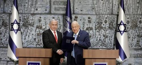 O presidente de Israel, Reuven Rivlin, dá as mãos ao primeiro-ministro Benjamin Netanyahu, como o escolhido para permanecer no cargo e formar governo no país. (Foto: Sebastian Scheiner/AP)