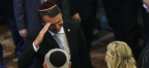 Em foto de dezembro, Jair Bolsonaro cumprimenta Benjamin Netanyahu e sua mulher em visita do premiê ao Rio de Janeiro. (Foto: Reprodução/Getty)