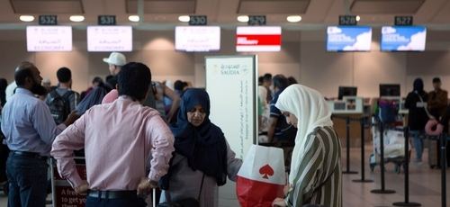 Fila para fazer o check-in de um voo no aeroporto internacional de Toronto para Riade, na Arábia Saudita. (Foto: VOA)