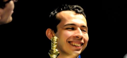 Aleksandr Lenderman com um dos troféus. (Foto: Reprodução/US Chess)