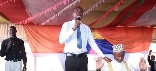 Pastor Stephen Waiswa, dos Ministérios da Evangelização da Bíblia, levando um muçulmano a Cristo. (Foto: Reprodução/UGCN)