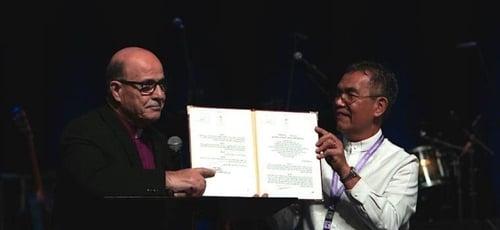 Munir Salim Kakish, presidente do Conselho de Igrejas Evangélicas Locais na Terra Santa [à esquerda], e o bispo Efraim Tendero, secretário geral da Aliança Evangélica Mundial [à direita] mostram documento da Autoridade Palestina. (Foto: Reprodução/WEA)