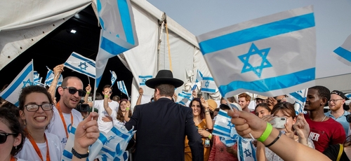 Imigrantes judeus, principalmente da França, recebidos calorosamente em Tel Aviv, em 17 de julho de 2019. (Foto: Reprodução/National Geographic Brasil)