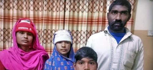 Forçadas a trabalhar, famílias cristãs são acorrentadas para impedir fuga. (Foto: Reprodução/Claas)