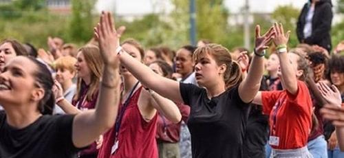 Evangélicos durante culto, na França. (Foto: Reprodução/Noticia Cristiana)