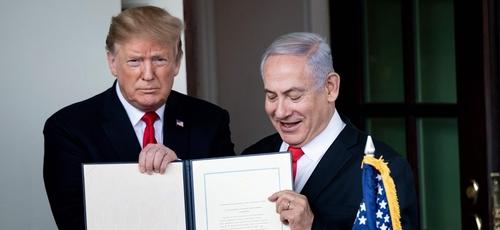 Donald Trump e Benjamin Netanyahu com a proclamação das Colinas de Golã após uma reunião na Casa Branca. (Foto: Brendan Smialowski/AFP via Getty Images)