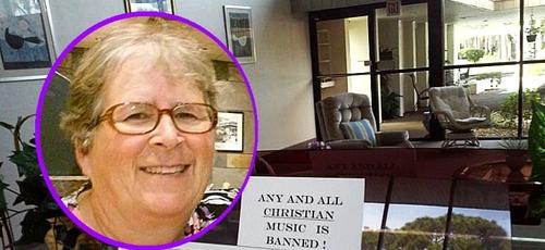Aviso em cima do órgão localizado na sala comum do condomínio dizia que música cristã estava proibida de ser tocada. (Foto: Reprodução/First Liberty Institute)