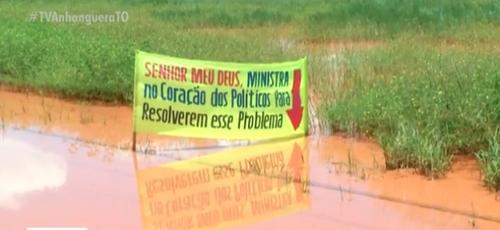 Moradores colocaram faixa com oração para tentar solução para problema. (Foto: Reprodução/TV Anhanguera)