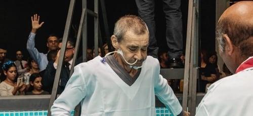 Idoso foi batizado usando sonda hospitalar. (Foto: Instagram/AndreCamara)