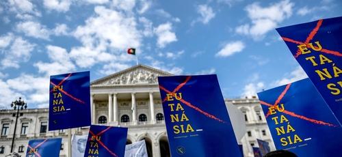 Manifestantes contra a descriminalização da eutanásia em frente ao parlamento português na quinta-feira (20). (Foto: Patricia de Melo Moreira / AFP – Getty)