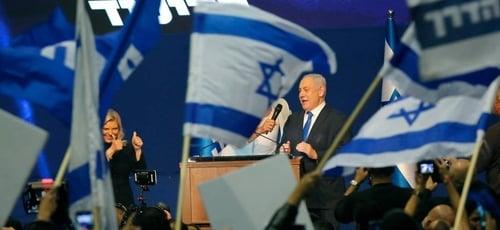 Benjamin Netanyahu, ao lado de sua mulher, Sara, durante discurso da vitória para seus aliados. (Foto: Gil Cohen-Magen / AFP)
