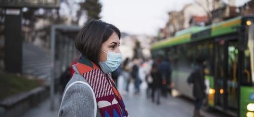 É importante não misturar a roupa utilizada na rua com as demais. (Foto: Getty Images)