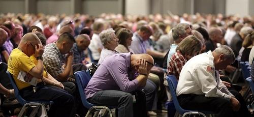 Fiéis durante a reunião anual da Convenção Batista do Sul, nos EUA. (Foto: Jeff Roberson/AP)