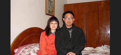 Liu Xianbin com sua esposa, Chen Mingxian, em casa esta noite. (Foto: Reprodução/ChinaAid)