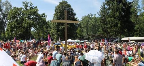 Evangélicos suíços se ajoelham para orar no Dia Nacional da Oração. (Foto: Reprodução / Facebook)