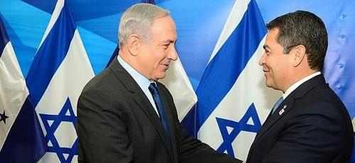 O primeiro-ministro Benjamin Netanyahu (à esquerda) se encontra com o presidente hondurenho Juan Orlando Hernandez, em Jerusalém, em 29 de outubro de 2015. (Foto: Kobi Gideon / GPO)